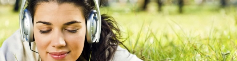 cropped-girls_in_the_headphones_on_the_grass_025125_1